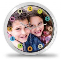 Fényképes óra színes hátterű számokkal