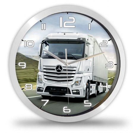 Mercedes kamionos falióra